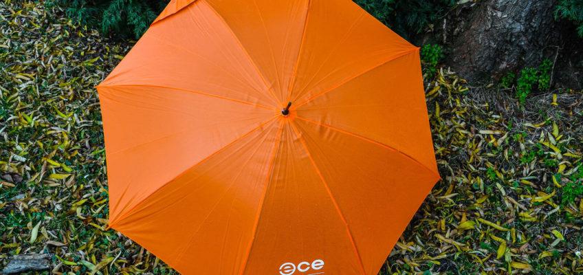Gadżet reklamowy - pomarańczowe parasole z rączką i nadrukiem ECE