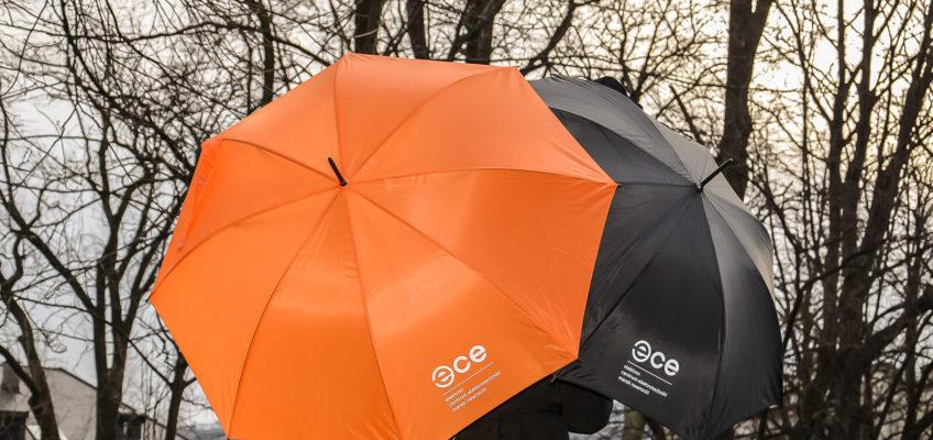 Gadżet reklamowy - pomarańczowe i czarne parasole z nadrukiem ECE